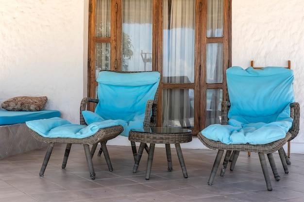 ザンジバル島、タンザニア、アフリカの海の近くの熱帯のビーチの近くの2つのデッキチェア付きの美しいテラス