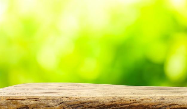 ぼやけた緑のガーデンファームの古い木の切り株テーブルトップの美しい質感
