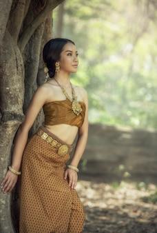 Красивая тайская девушка в тайском традиционном костюме