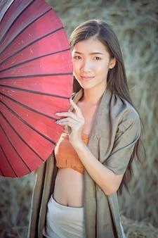 伝統的なドレス衣装赤い傘で美しいタイの女の子