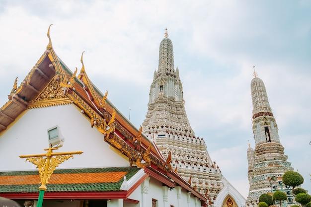 ワットアルンで塔の景色を望む美しいタイ風寺院の屋根。バンコク、タイ。