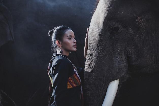 ジャングルの中で象と一緒に時間を過ごすタイ美人