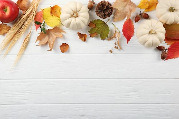 明るい背景のクローズアップの美しい感謝祭の背景の上面図