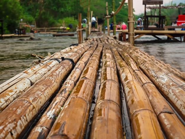 Красивый бамбуковый мост через реку