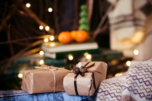 Красивые тематические подарки лежат на винтажном стуле