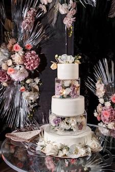 Красивый многоярусный вкусный десертный сладкий торт для молодоженов.
