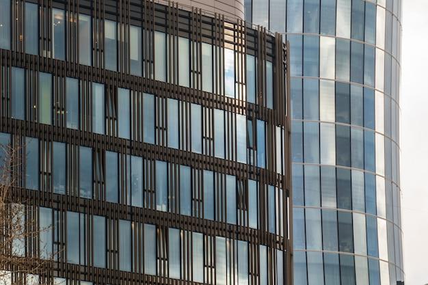 高層ビルの窓に映る曇り空の美しい時間経過