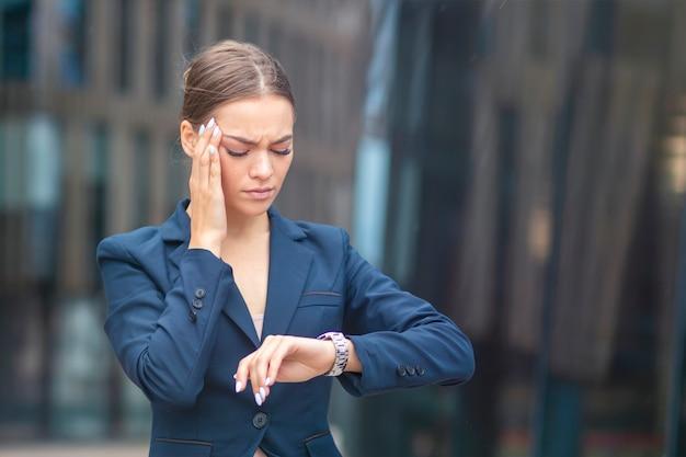 Красивая усталая измученная деловая женщина спешит
