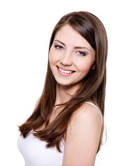 美しい歯を見せる笑顔の女性