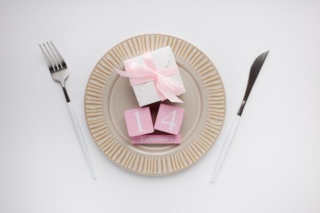 Сервировка стола красивый вид сверху для валентинки на белом