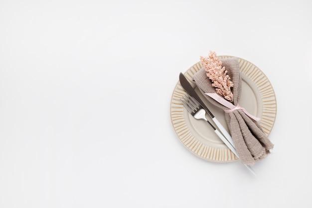 白のバレンタインの美しいトップビューテーブル設定
