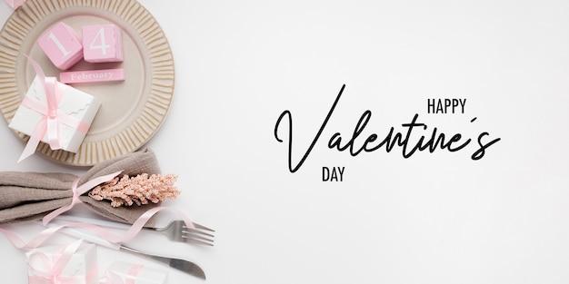 Bella impostazione della tabella vista dall'alto per san valentino su bianco