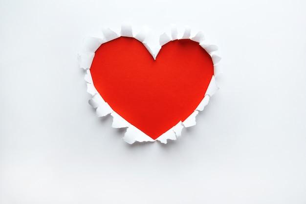 심장 모양 기호에 아름 다운 찢어진 된 종이