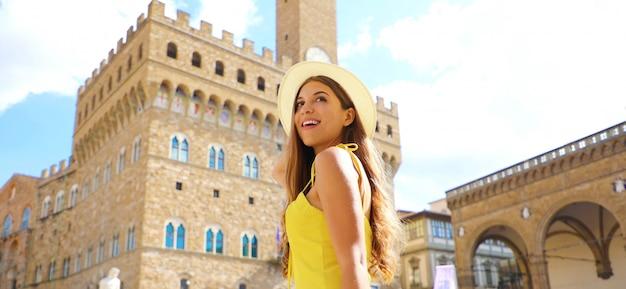 イタリア、フィレンツェを発見する美しい観光少女。ヨーロッパでの彼女の休日の若い女性のパノラマバナービュー。