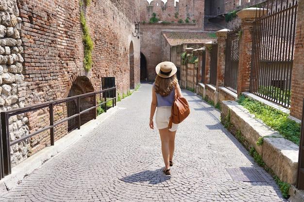 イタリア、カステルヴェッキオ橋の中世の街ヴェローナを歩く美しい観光客の女性