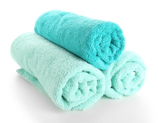 Красивые полотенца, изолированные на белой поверхности