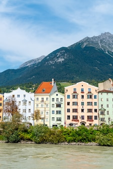 Красивый город на городской пейзаж инсбрука, австрия.