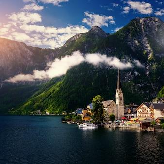 山の間の美しい町。オーストリア。ヨーロッパ。