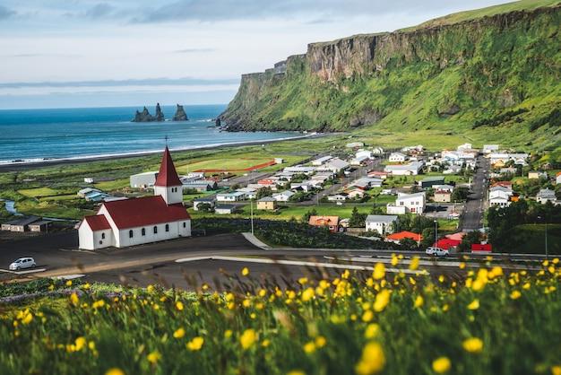 Красивый город вик и мюрдал исландия летом.