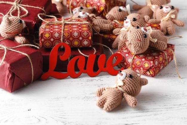 Красивые игрушечные мишки на деревянной поверхности с подарочной коробкой, потертая шикарная идея с мишками тедди