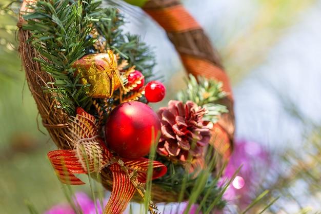 美しい伝統的なクリスマスの装飾のクローズアップ
