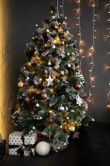 花輪と美しい伝統的なクリスマスツリークリスマスツリー