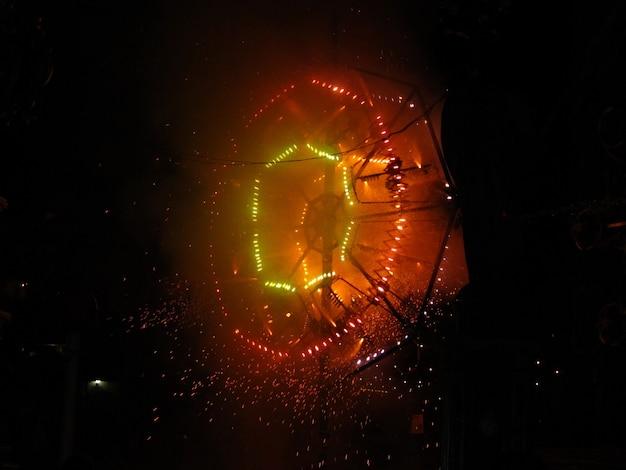 현지 몰타 마을 축제 동안 아름다운 전통 불꽃 놀이