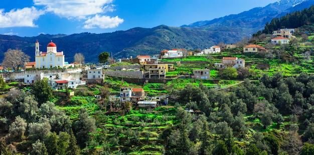 Красивая традиционная горная деревня лакки на острове крит