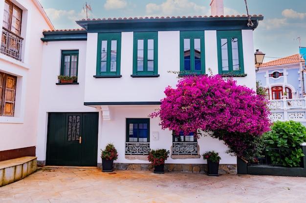 スペインの小さな村の美しい伝統的な窓