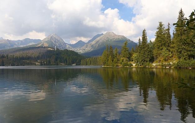 산 호수 Strbske Pleso와 함께 아름 다운 고요한 시골 풍경 풍경 프리미엄 사진