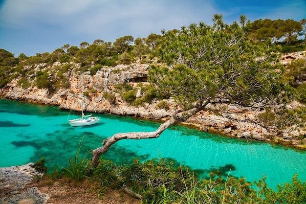 紺碧の海のヨットの美しい静かな景色