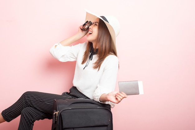 美しい旅行者の女性はピンクでエキサイティングです
