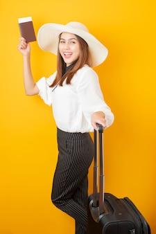 美しい旅行者の女性は黄色でエキサイティングです
