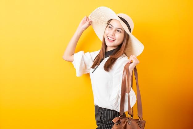 美しい旅行者の女性
