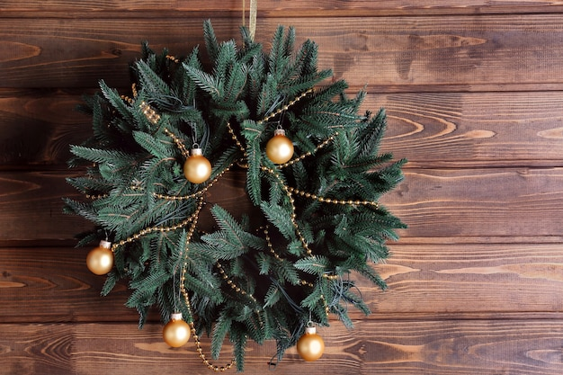 나무 표면에 아름다운 트렌디한 크리스마스 화환