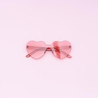 아름 다운 유행 빨간 선글라스와 야자 잎의 반사
