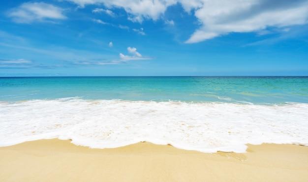 아름 다운 열 대 해변과 바다 푸른 하늘 배경 푸 켓 섬 태국에서 놀라운 해변 푸른 하늘 모래 태양 일광 휴식 풍경보기.