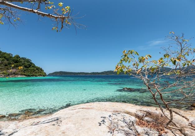 Красивый тропический пляж в андаманском море на острове липе