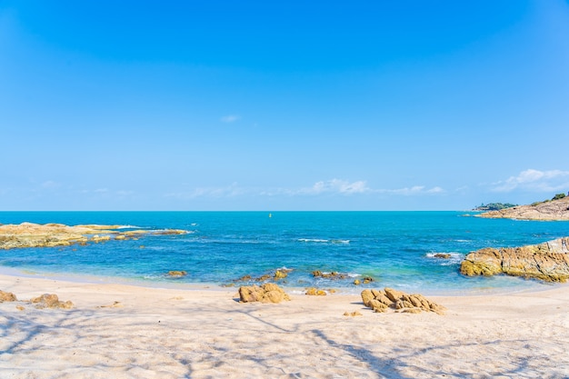 휴가 여행 배경 흰 구름 푸른 하늘 주위에 코코넛 야자수와 아름 다운 열 대 해변 바다 바다