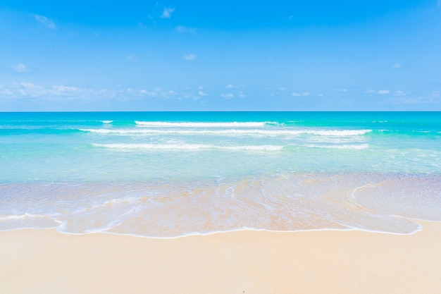 Красивый тропический пляж, морской океан с белым облаком и фоном голубого неба для путешествия, отпуска