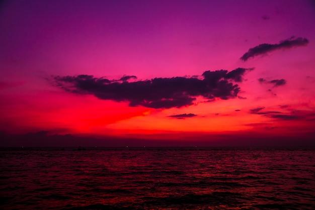 Красивый тропический пляж. рассветы и закаты. океан.