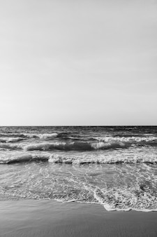 Красивый вид на тропический пляж с песком и море с волнами на пхукете