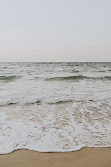 Красивый вид на тропический пляж с белым песком и синее море с волнами на пхукете