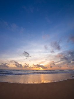 Красивый тропический пляж с фоном абстрактной текстуры голубого неба. скопируйте пространство летних каникул и концепции деловых поездок праздника. вертикальное фото