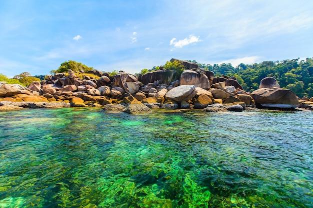 Красивое тропическое голубое море и небо в таиланде