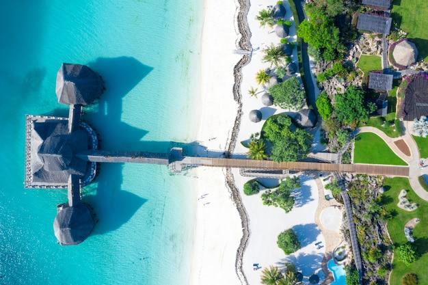 Красивый тропический пляж острова занзибар, танзания.