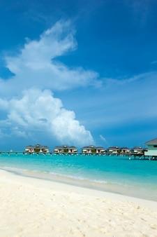 ビーチのある美しい熱帯モルディブ島。ウォーターバンガローのある海