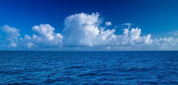 해변과 아름다운 열대 몰디브 섬.