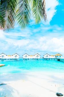 美しい熱帯モルディブのリゾートホテルとビーチと海のある島-色処理スタイルを後押し