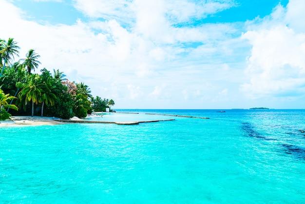 아름다운 열대 몰디브 리조트 호텔과 해변과 바다가있는 섬-색상 처리 스타일을 한층 더 향상